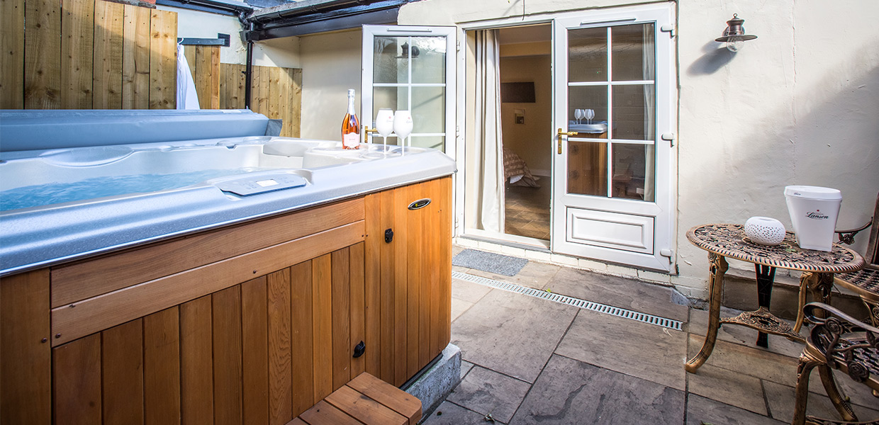 Aquila Room - Hot Tub and Outside